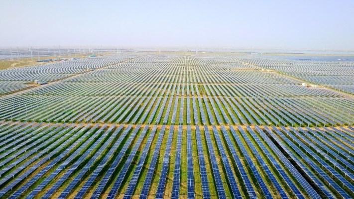 Huawei Digital Power contribuye a la exitosa conexión a la red de la planta fotovoltaica más grande del mundo en la provincia de Qinghai, China, con su solución fotovoltaica inteligente (PRNewsfoto/Huawei Digital Power)